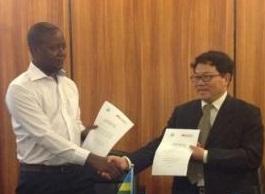 Kamanzi and Dr Xu Jincai at the signing of the MoU. Pic credit. Steven Muvunyi